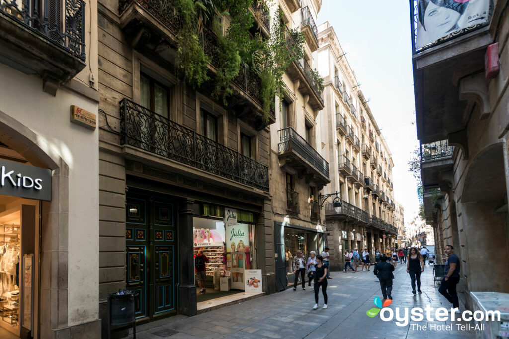 Ruas do Barri Gotic em Barcelona / Ostra