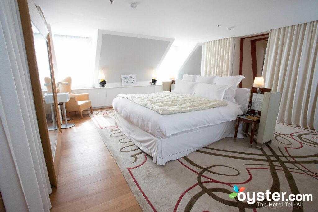 La habitación está en un espacio tipo loft separado del resto de la suite.