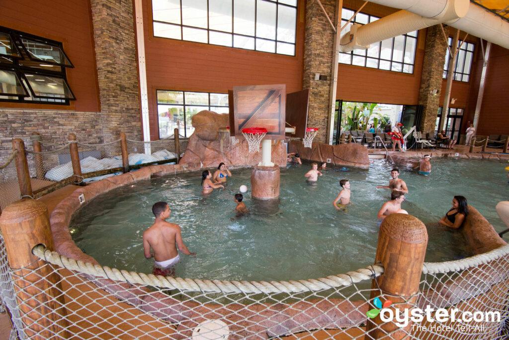 Wild WaterDome Parque acuático cubierto en el desierto en el Smokies Resort