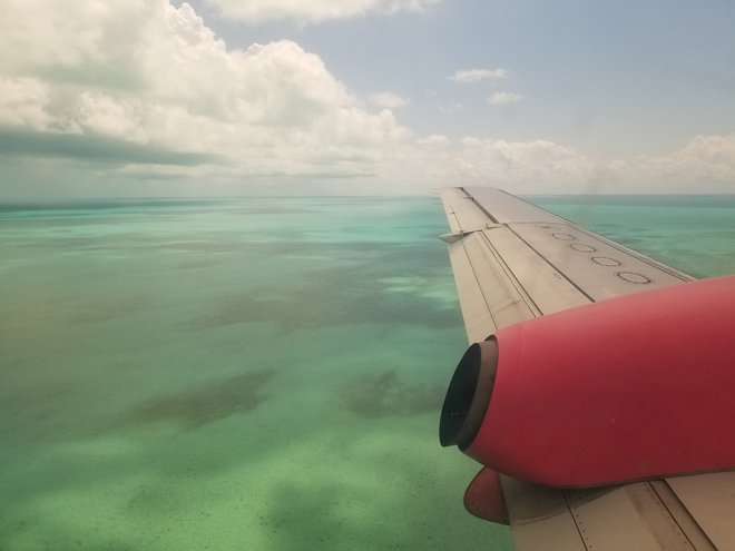 Flugzeug über Bimini / Katherine Alex Beaven