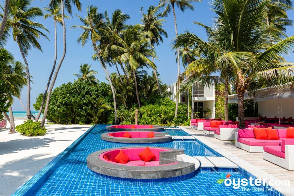 A piscina de brisa no Kandima Maldivas