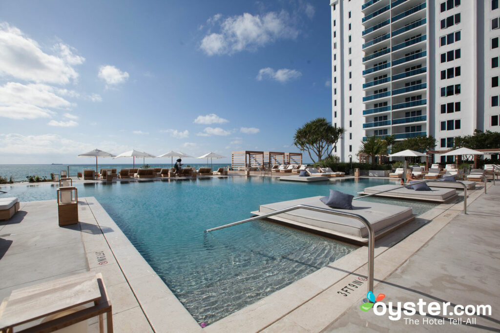 Piscine principale du 1 Hotel South Beach