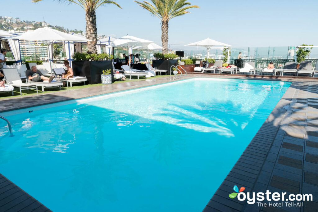 Piscina en el London West Hollywood