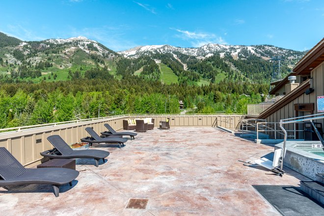 The Rooftop Hot Tub at Teton Mountain Lodge & Spa - A Noble House Resort/Oyster