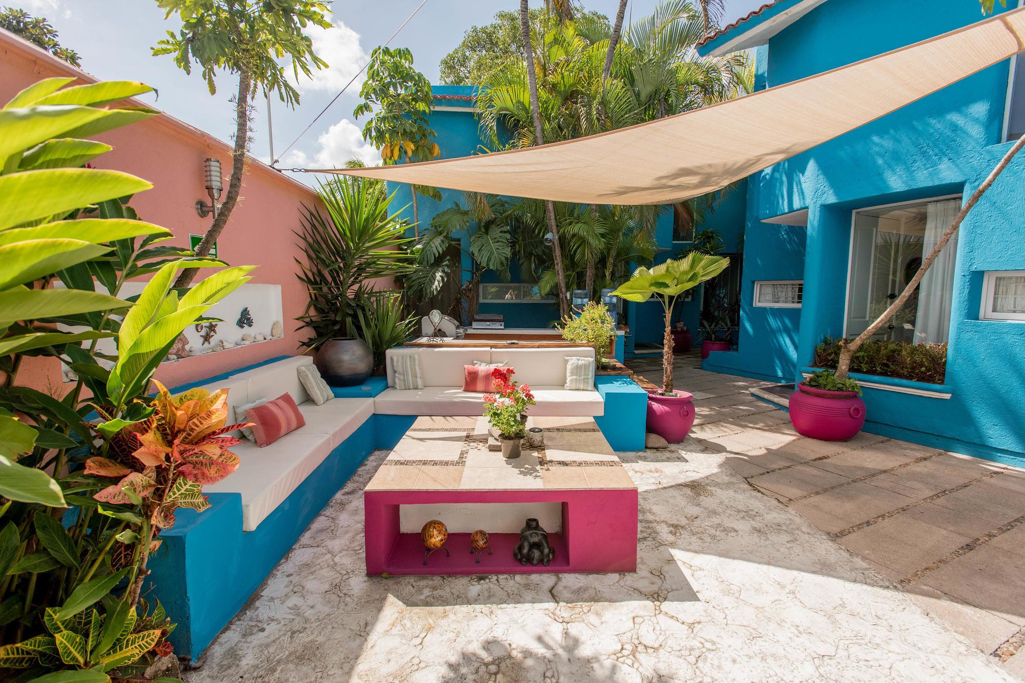 The patio and garden at Villas Las Anclas